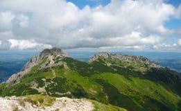 在波兰、青山、谷和岩石峰顶的Tatra山在与清楚的蓝天的晴天 免版税库存图片