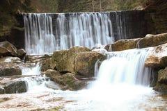 在波兰山的狂放的瀑布 有小瀑布的河 免版税库存照片