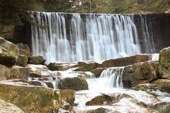 在波兰山的狂放的瀑布 有小瀑布的河 库存照片