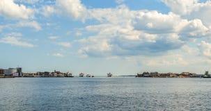 在波兹毛斯海湾入口的船  免版税库存照片