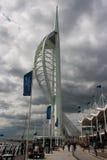在波兹毛斯港的著名大三角帆塔英国的南海岸的有返回到他们的办公室的地方事务的 免版税库存照片