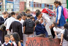 在波哥大听老师的小学生谈话 免版税库存图片