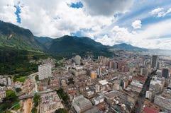 在波哥大哥伦比亚街市视图之上 库存照片