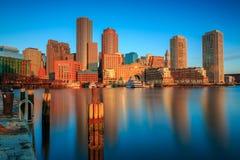 在波士顿地平线的金黄黎明光 免版税库存图片
