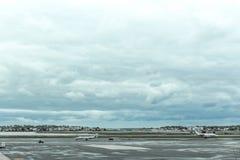 在波士顿摇石机场柏油碎石地面的多雨下午, 2017年5月15日 图库摄影