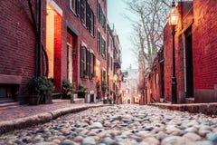 在波士顿的历史的橡子街道上的黎明 库存图片