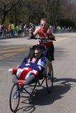 在波士顿马拉松期间,队霍伊特在他们的伤心欲绝小山的第33场马拉松跑 免版税图库摄影