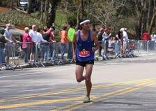 在波士顿马拉松2016年4月18日期间,公赛跑者赛跑伤心欲绝小山在波士顿 库存照片