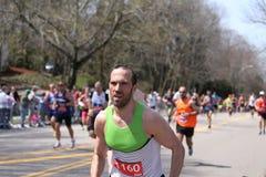 在波士顿马拉松2016年4月18日期间,当几乎27000个赛跑者运行了伤心欲绝小山在波士顿,爱好者在路线排队了 免版税库存照片