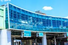在波士顿高速公路的现代弯曲的玻璃大厦 免版税库存图片
