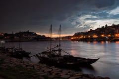 在波尔图和盖亚上的风雨如磐的晚上天空 库存照片