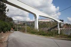 在波尔图和盖亚之间的桥梁在葡萄牙 库存图片