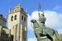 在波尔图大教堂,波尔图,葡萄牙前面的雕象 免版税库存图片