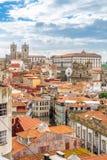 在波尔图屋顶和街道的看法在葡萄牙 免版税库存照片