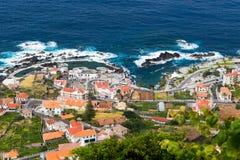 在波尔图莫尼兹村庄,马德拉岛海岛,葡萄牙的看法 免版税图库摄影