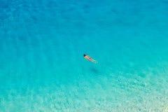 在波尔图Katsiki海滩的无法认出的妇女游泳 库存图片
