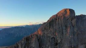 在波尔查诺省,白云岩的日出 山和谷概略的看法  秋天意大利 峰顶Tullen 股票视频