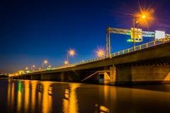 在波托马克河的桥梁在晚上在华盛顿特区, 库存图片