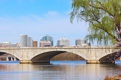 在波托马克河的纪念桥梁和在樱花期间的一条城市地平线在华盛顿特区 库存图片