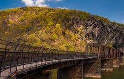 在波托马克河竖琴师的轮渡的,西维吉尼亚的步行者和火车桥梁 库存照片