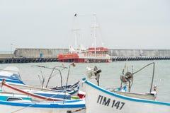 在波摩莱保加利亚度假村的堤防的凹下去的游船  免版税图库摄影