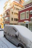在波摩莱街道上的汽车随风飘飞的雪的在保加利亚,冬天 免版税库存图片