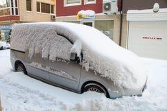 在波摩莱街道上的汽车随风飘飞的雪的在保加利亚,冬天 图库摄影