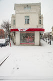 在波摩莱街道上的雪盖的喷泉在保加利亚 库存图片