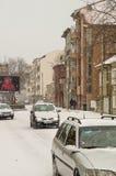 在波摩莱,保加利亚街道上的积雪的汽车  免版税库存照片