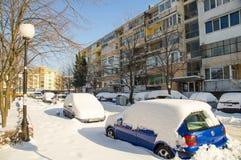 在波摩莱,保加利亚,冬天街道的随风飘飞的雪2017年 免版税库存照片