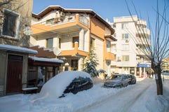 在波摩莱,保加利亚,冬天街道的随风飘飞的雪  免版税图库摄影