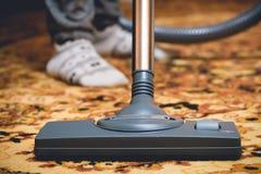 在波斯地毯的吸尘器 免版税库存照片