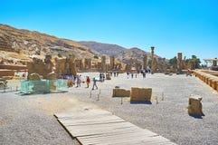 在波斯波利斯中,伊朗古色古香的废墟的步行  库存照片