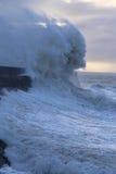 在波斯考尔灯塔,南威尔士,英国的多暴风雨的天气 免版税库存照片