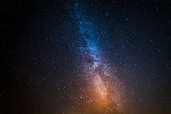在波斯菊的星座与百万个星在晚上 免版税库存照片