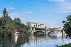 在波河的桥梁在都灵,意大利 免版税库存图片