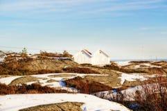 在波浪海岩石的两个被连接的村庄 免版税图库摄影