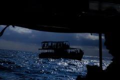 在波浪的一艘船在风暴 覆盖黑暗的天空 库存图片