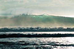 在波浪的太阳 免版税库存图片