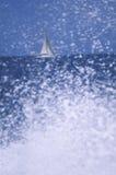 在波浪的帆船 免版税图库摄影