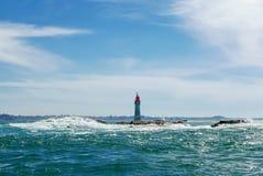 在波浪的灯塔 免版税库存照片