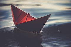 在波浪的红色纸小船 图库摄影