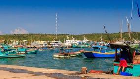 在波浪的越南渔船岩石在反对小山的海湾 股票视频