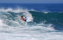 在波浪的Bodyboarder在拉古纳海滩,加州 免版税库存照片