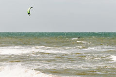 在波浪的Kitesurfer 库存图片