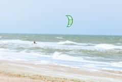 在波浪的Kitesurfer 免版税图库摄影