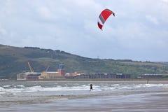 在波浪的Kitesurfer 免版税库存照片