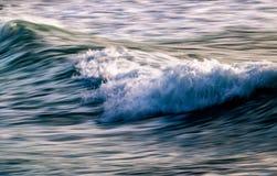 在波浪以后的波浪在新港海滨 库存图片