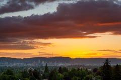 在波特兰俄勒冈街市地平线的五颜六色的日落 库存照片