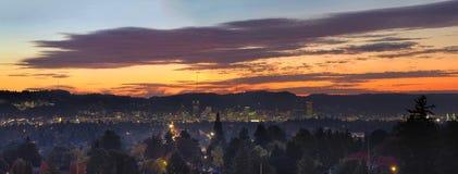 在波特兰俄勒冈都市风景全景的五颜六色的日落 免版税图库摄影